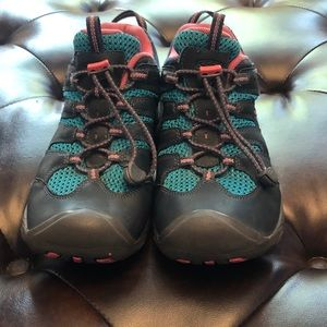Keen waterproof big girl shoes. EUC sz 5